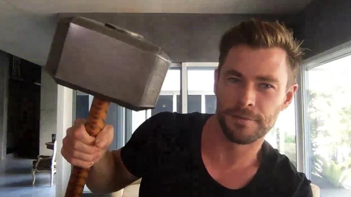 Thor'u Karakterini Canlandıran Chris Hemsworth, Marvel Setlerinden 'Arakladıklarını' Gösterdi